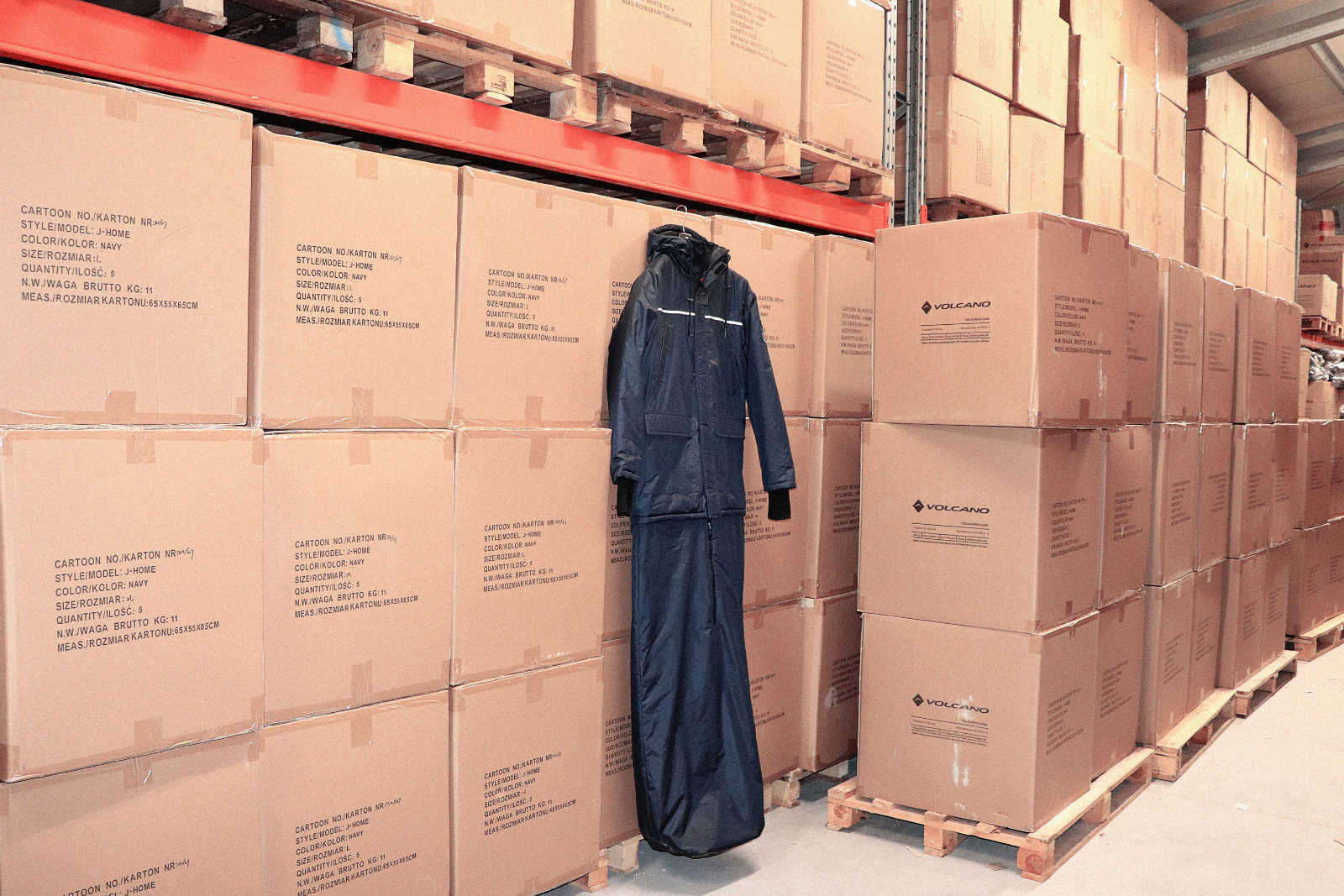 Już są – 900 kurtko – śpiworów dla ubogich bezdomnych dotarło z Chin do magazynu VOLCANO! Przybyły wnajwiększym 40 stopowym kontenerze, blisko 220 kartonów, prawie 3 tony wagi!