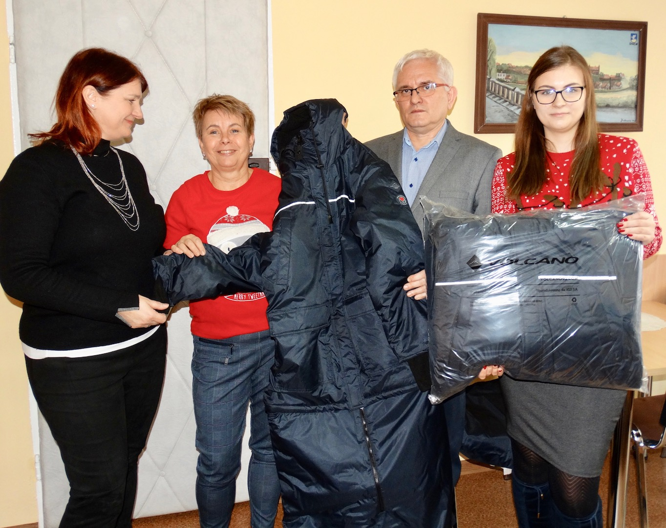 Pracownicy US w Tczewie przekazali kurtko – śpiwory potrzebującym